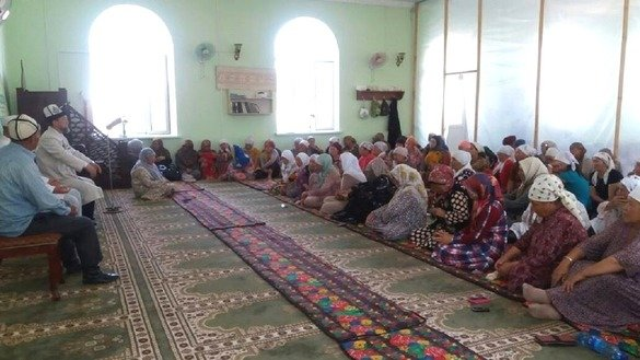 Osh Province Islamic judge (qazi) Samidin Atabayev June 10 in Aravan District speaks to female Muslims about the need to educate their daughters against extremist propaganda. [Spiritual Administration of Muslims of Kyrgyzstan photo obtained by Erkin Kamalov]