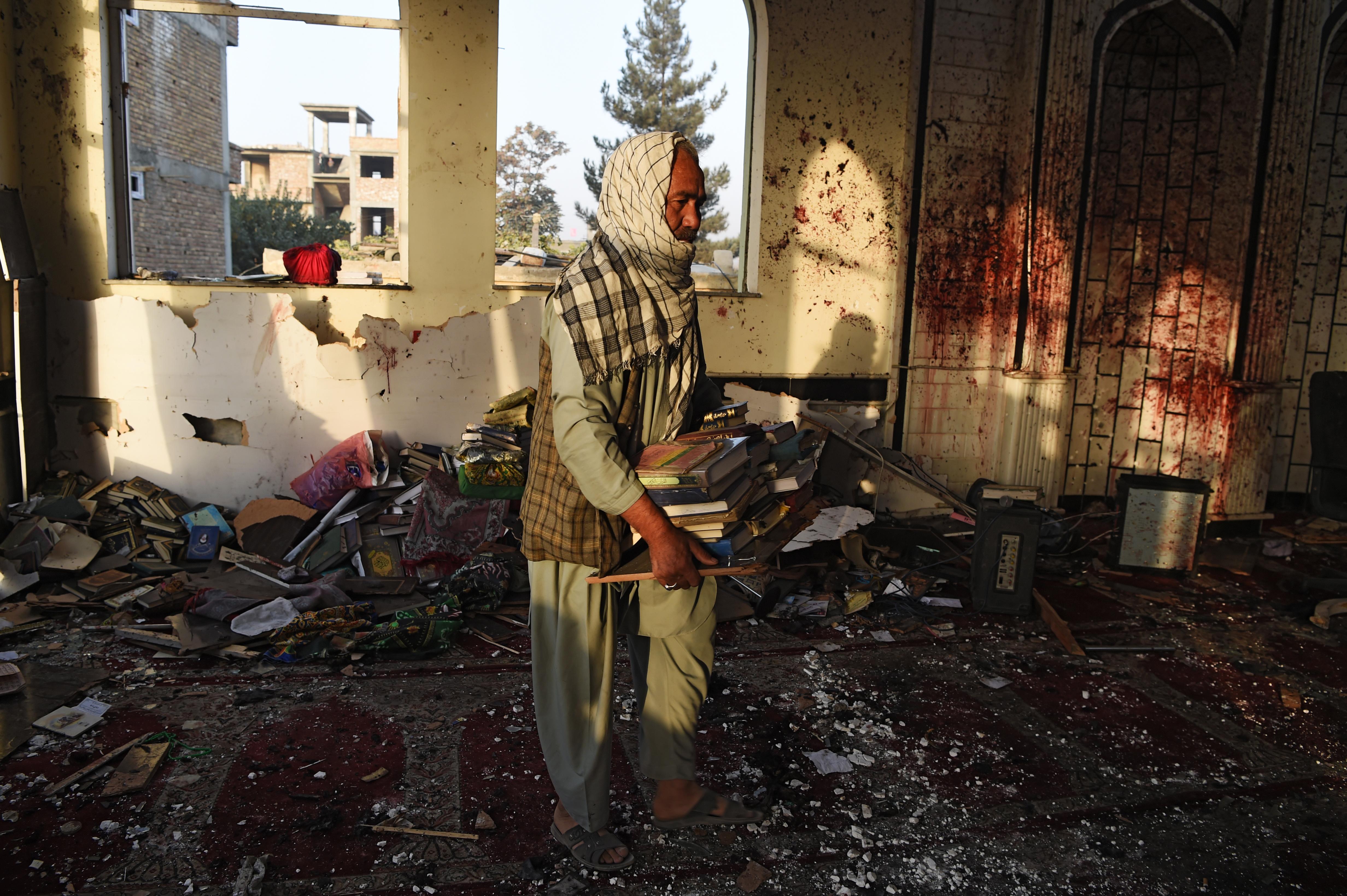 در مسجد کابل که هدف حمله بمب گذار انتحاری داعش قرار گرفت بوی مرگ به مشام می رسد
