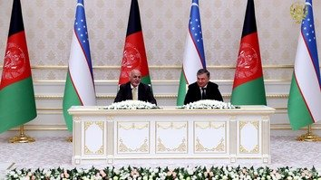 Afghan President Ashraf Ghani (left) and Uzbekistani President Shavkat Mirziyoyev (right) oversaw the signing of 60 agreements and trade contracts during Ghani's visit to Tashkent December 5. [Afghan Presidential Palace]