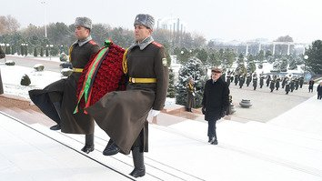 Afghan President Ashraf Ghani lays flowers at the Monument of Independence and Humanism during his official visit to Tashkent  December 5. [Uzbekistani presidential press office]