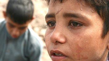 ایران په افغان ماشومانو باندې له اخراج څخه مخکې سخت کارونه کوي او وهل ورکوي