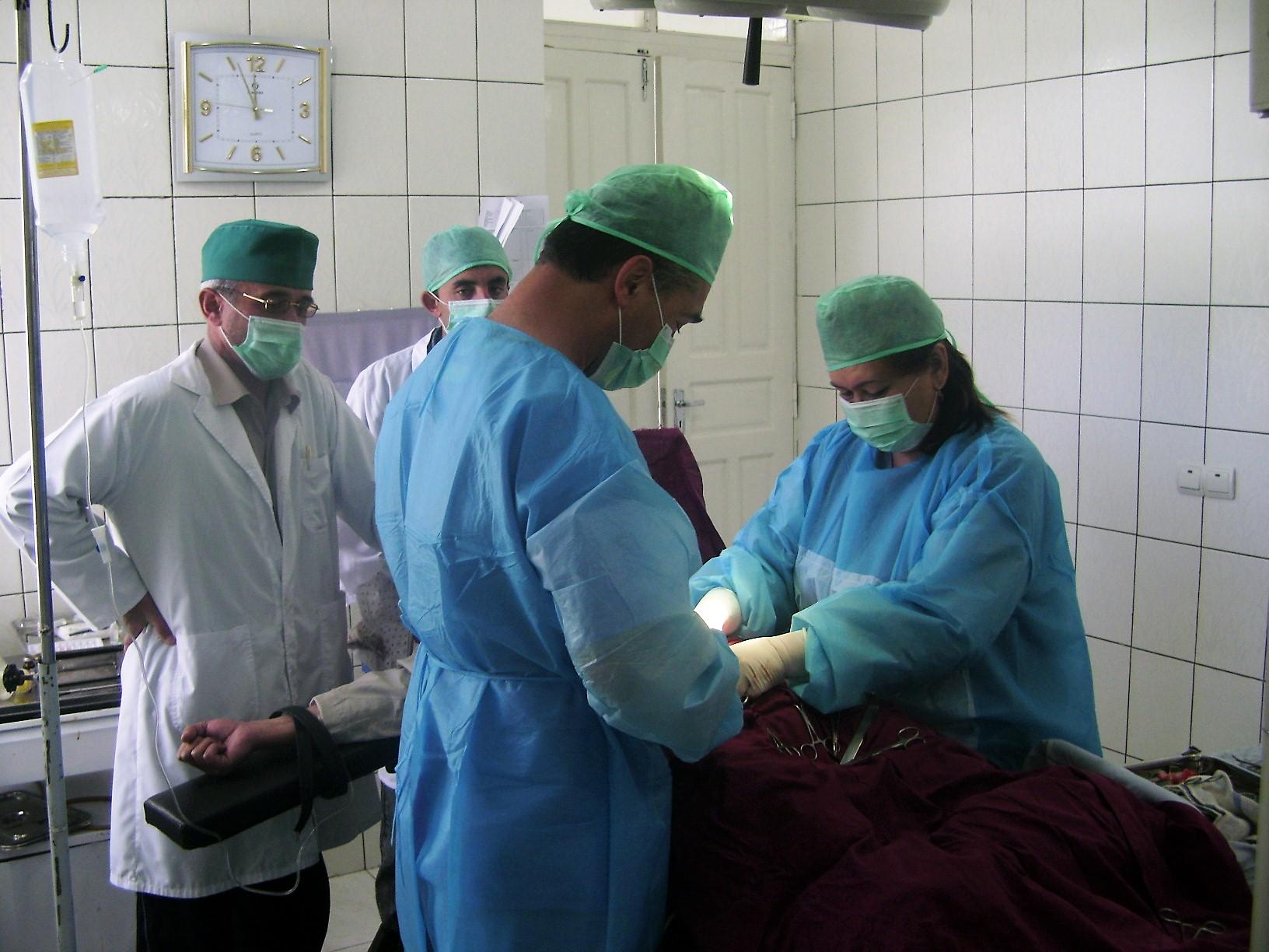 داکتران تاجیک خدمات صحی مهم را در نزدیکی مرز به افغان ها فراهم میکنند