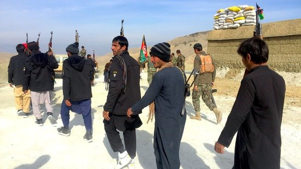 Local residents on December 25 prepare to fight ISIS alongside Afghan forces in Pacheragam District, Nangarhar Province. [Khalid Zerai]