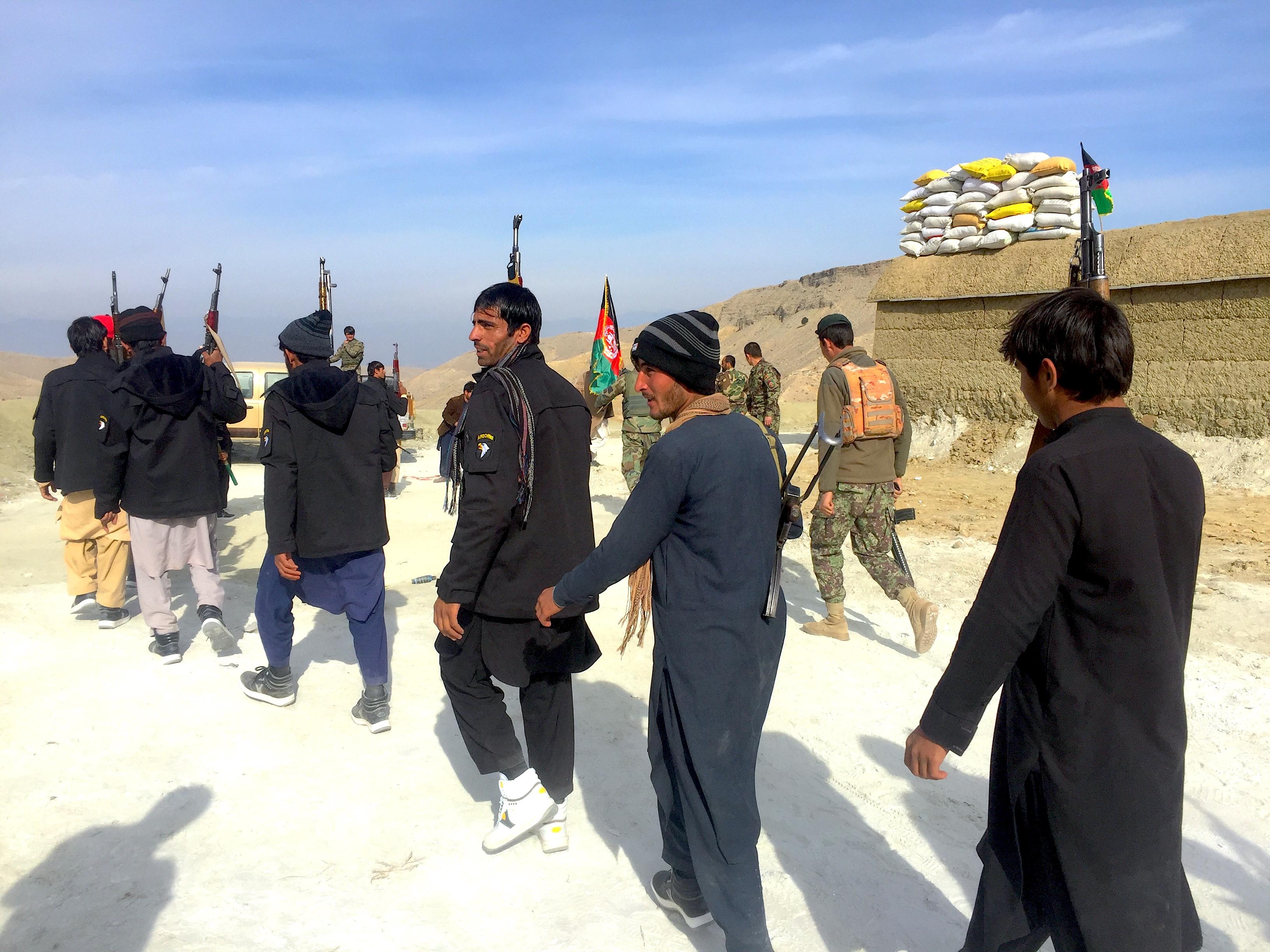 د ننګرهار اوسېدونکیو له افغان ځواکونو سره یوځای د داعش پر ضد وسلې پورته کړې