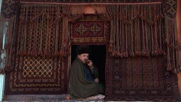 حکومت افغانستان برای بیش از ۱۵۰۰۰ مهاجر برگشته کار قالین بافی ایجاد میکند