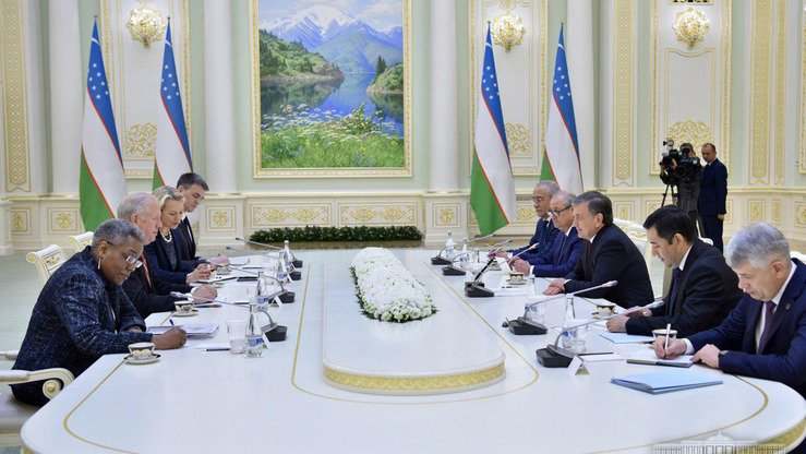 The US and Uzbekistani delegations (left and right) in Tashkent discuss regional co-operation and Afghanistan on March 27. [Uzbekistani presidential press office]