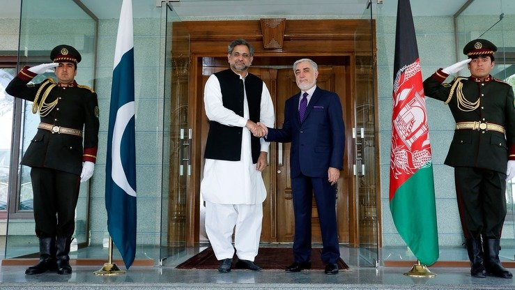 Afghan government Chief Executive Abdullah Abdullah (right) meets with Pakistani Prime Minister Shahid Khaqan Abbasi April 6 in Kabul to discuss the fight against terrorism, trade issues and the return of Afghan refugees from Pakistan, among other major issues. [Facebook/Abdullah Abdullah]