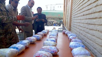 Afghan security forces display 29kg of heroin confiscated during the arrest of an Iranian national attempting to smuggle the drugs to Iran March 13 in Herat Province. [Herat Provincial Media Office]