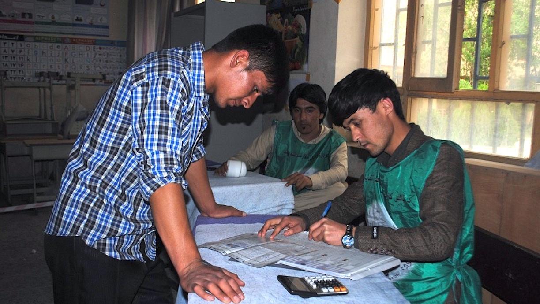 افغان ها منحیث یک 'وظیفهء ملی' برای رای دادن در انتخابات ثبت نام کرده و با حملات تروریستی مقابله میکنند
