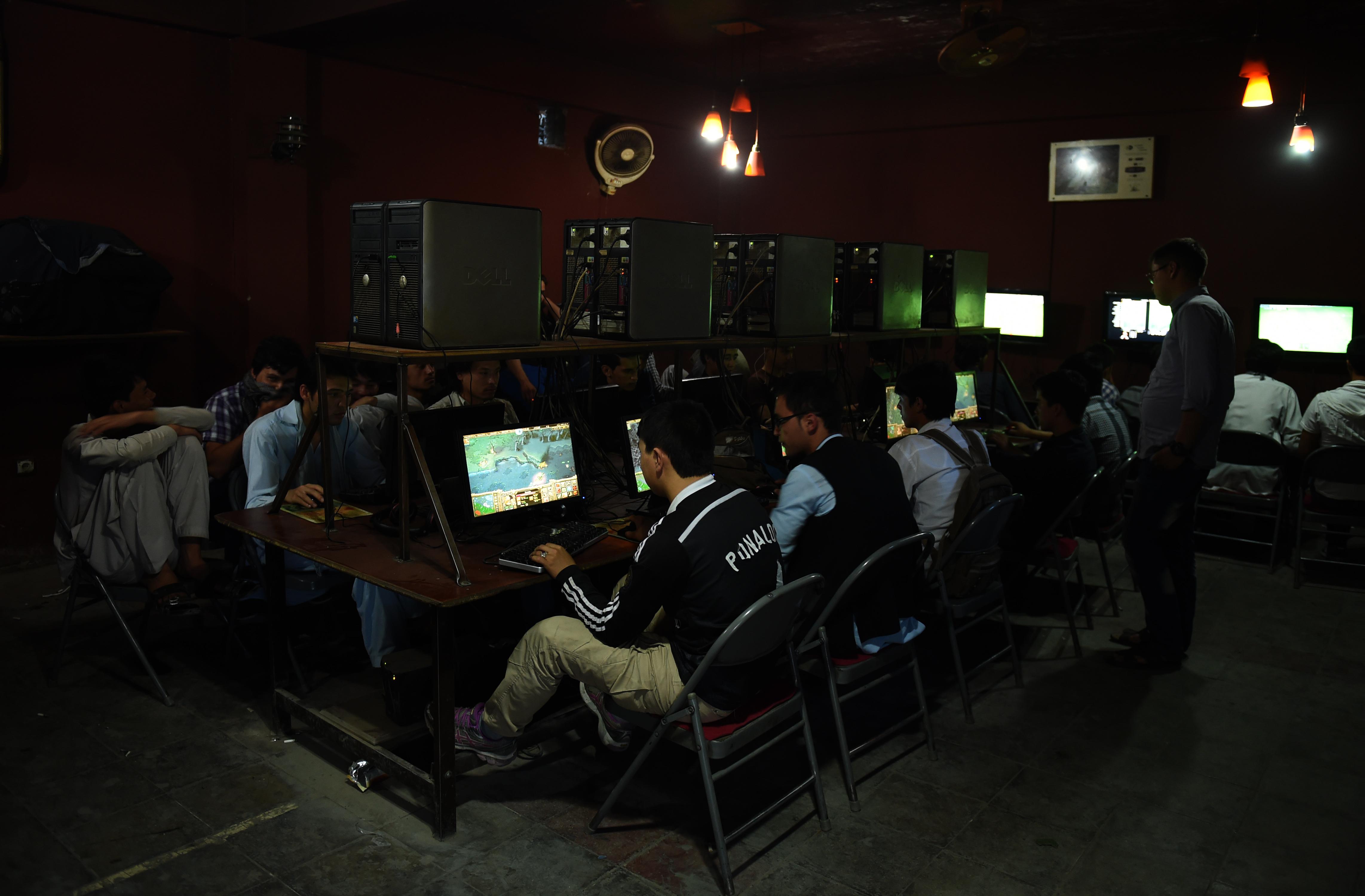 افغان ها به دنبال یافتن راه های مبارزه با جنگجویان ماهر در اینترنت استند