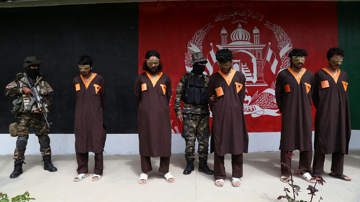 Afghan security forces arrested five Taliban militants during an operation in Ghazni Province, officials said, presenting the detainees to the media April 14. [ZAKERIA HASHIMI/AFP]