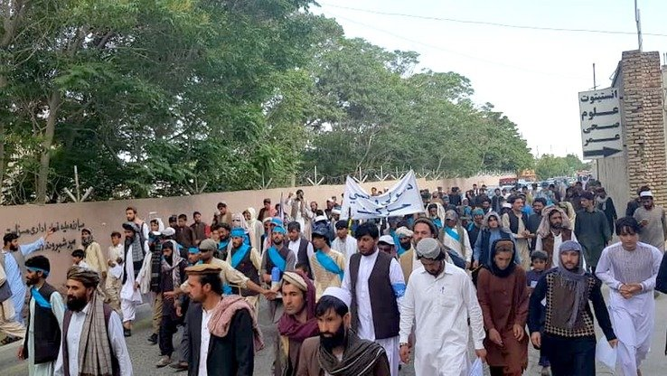 Hundreds of Ghazni residents welcome members of the People's Peace Movement June 8. They are walking from Helmand Province to Kabul to urge the Taliban to make peace and stop killing civilians. [Bismillah Watandost/Facebook]