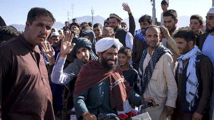 Kabul residents welcome Taliban fighters entering the city from Wardak-Ghazni highway June 16. [Andrew Quilty/Twitter]
