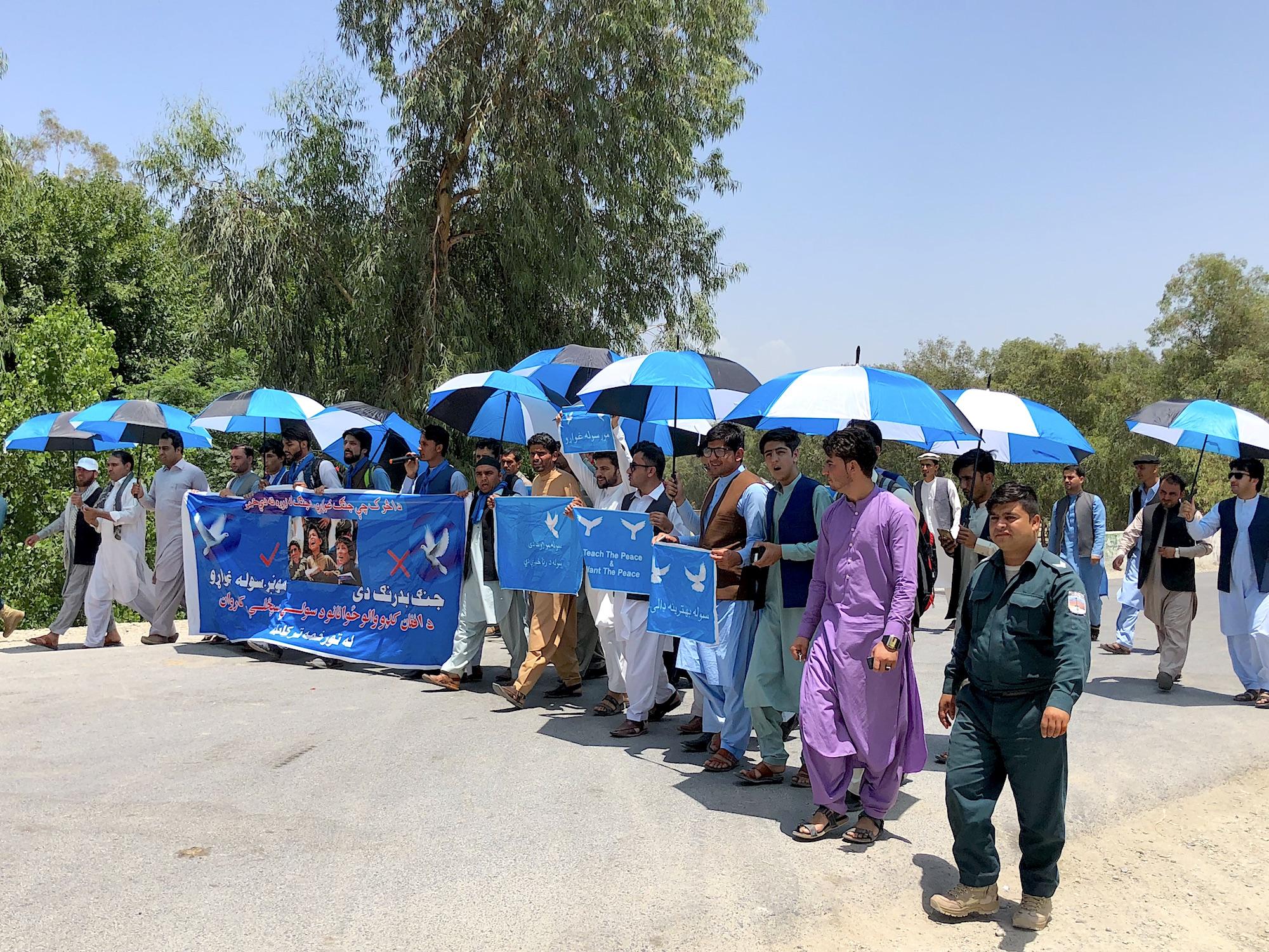 افغان کډوال له پېښور څخه کابل ته د سولې په کاروان کې لاړل
