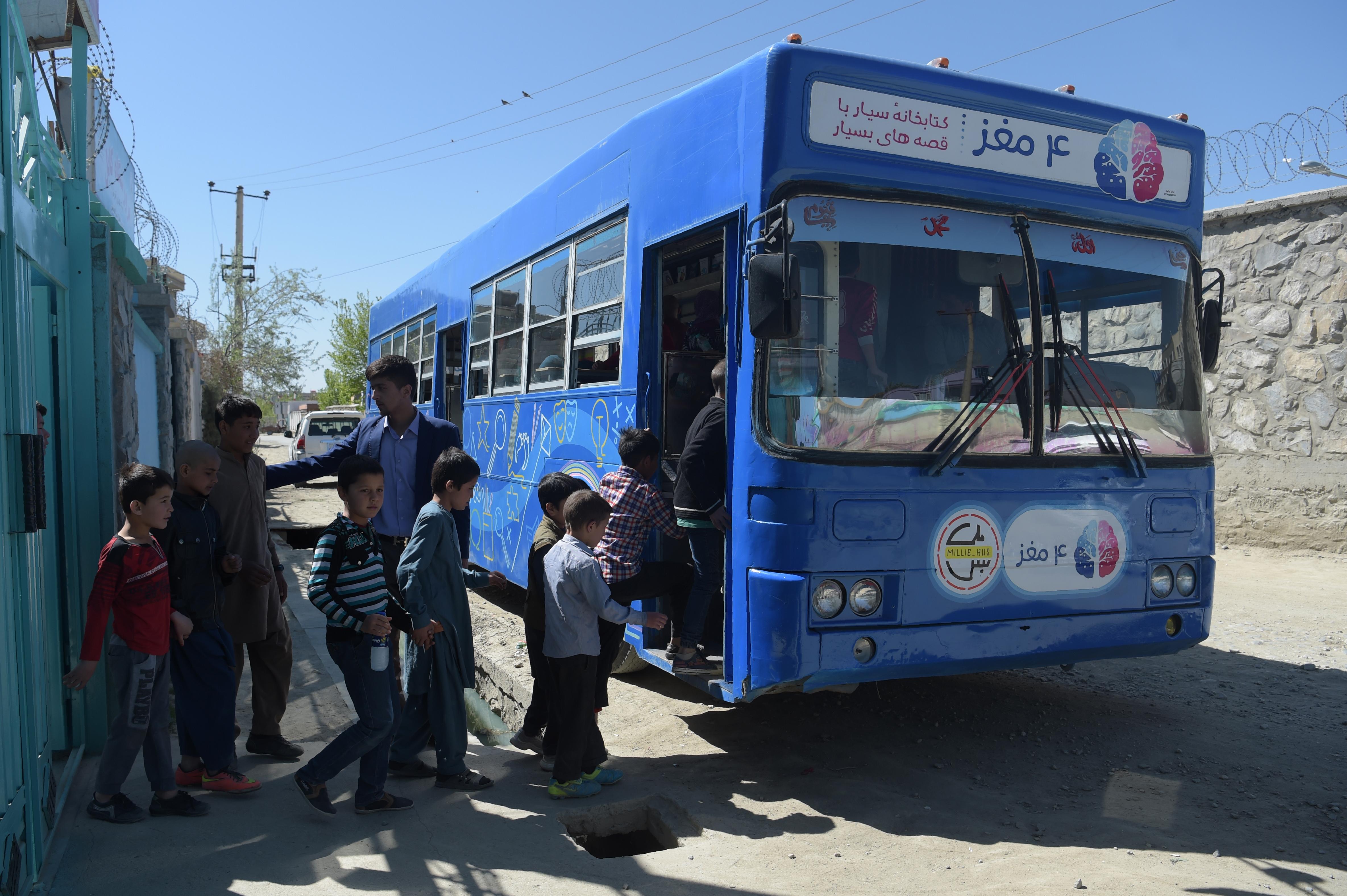 کتابخانهء سیار چارمغز مطالعه برای کودکان افغان را به ارمغان می آورد