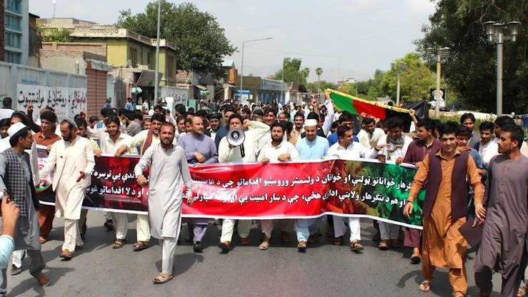 Hundreds of civil society activists and youths march August 7 in Jalalabad, Nangarhar Province, urging the government to take action against local warlords and power-brokers. [Khalid Zerai]