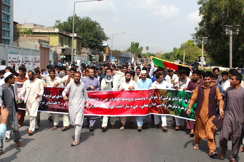 راهپیمایی جوانان ننگرهار در حمایت از سرکوب جنگ سالاران