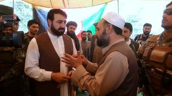 A representative of a transportation union in Torkham speaks with Nangarhar Provincial Governor Hayatullah Hayat (left) during Hayat's visit to the border October 4. [Khalid Zerai]