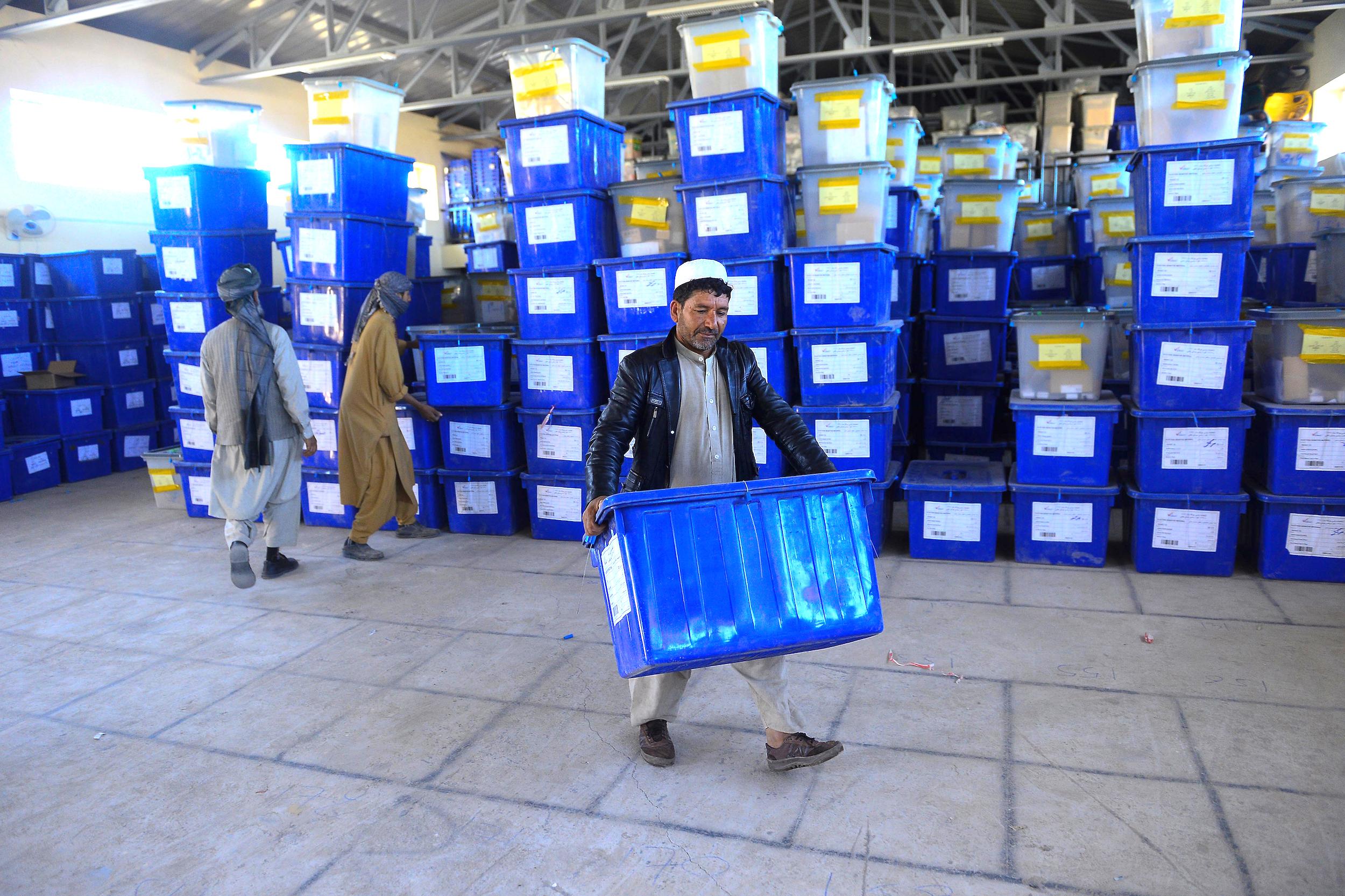 افغانان په مهمو پارلماني انتخاباتو کې رایه اچونې ته مخه کوي