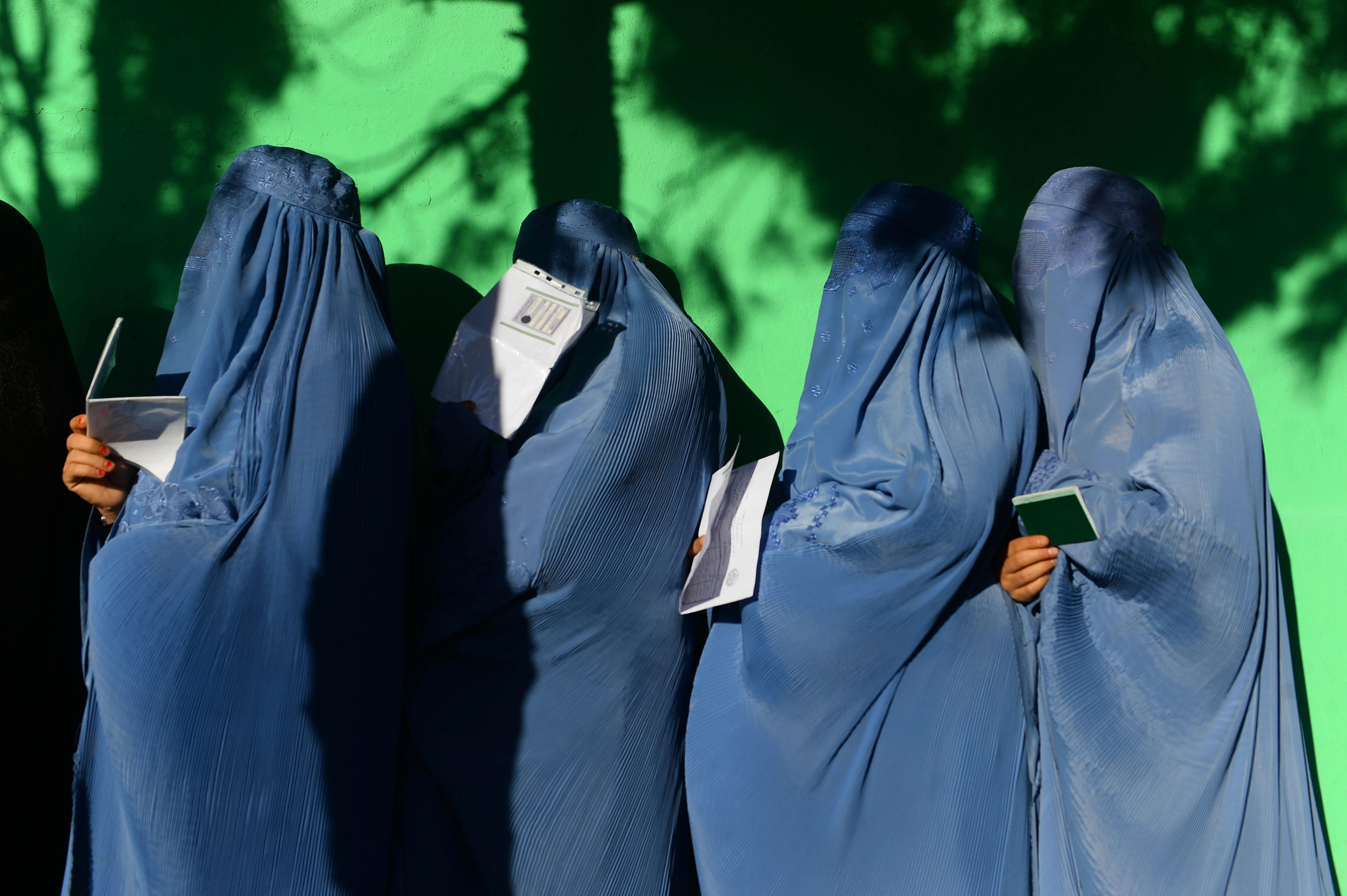 میلیون ها افغان با نادیده گرفتن تهدیدهای طالبان در یک انتخابات تاریخی رای دادند