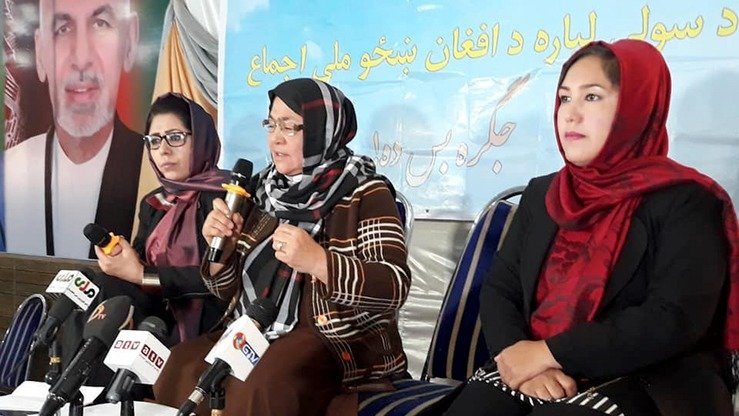 Women from Jawzjan October 29 in Sheberghan urge the Taliban to join the peace process. [Jawzjan governor's press office/Facebook]