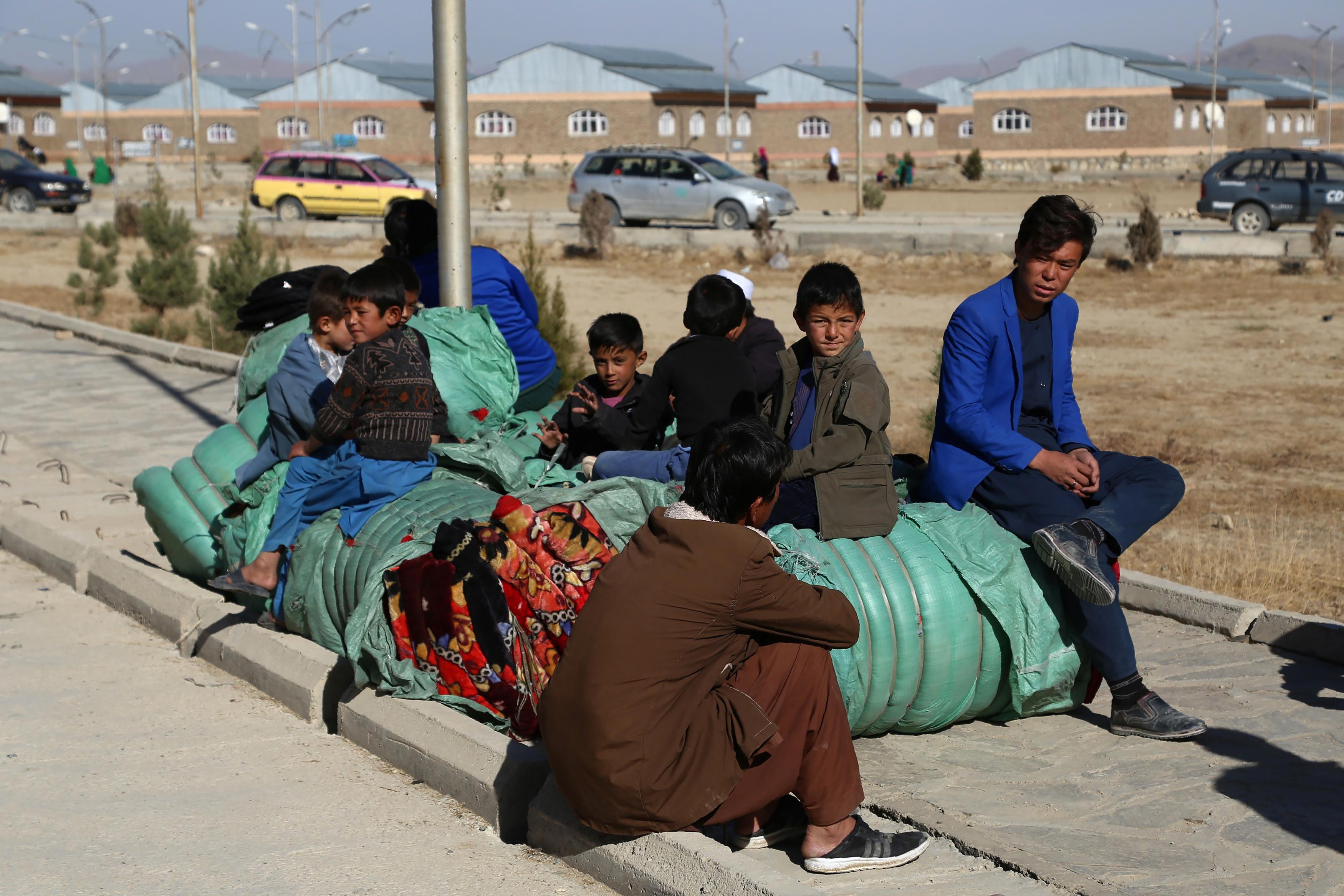 افغان ها از «وحشت مطلق» از خشونت طالبان در ولایت غزنی فرار می کنند