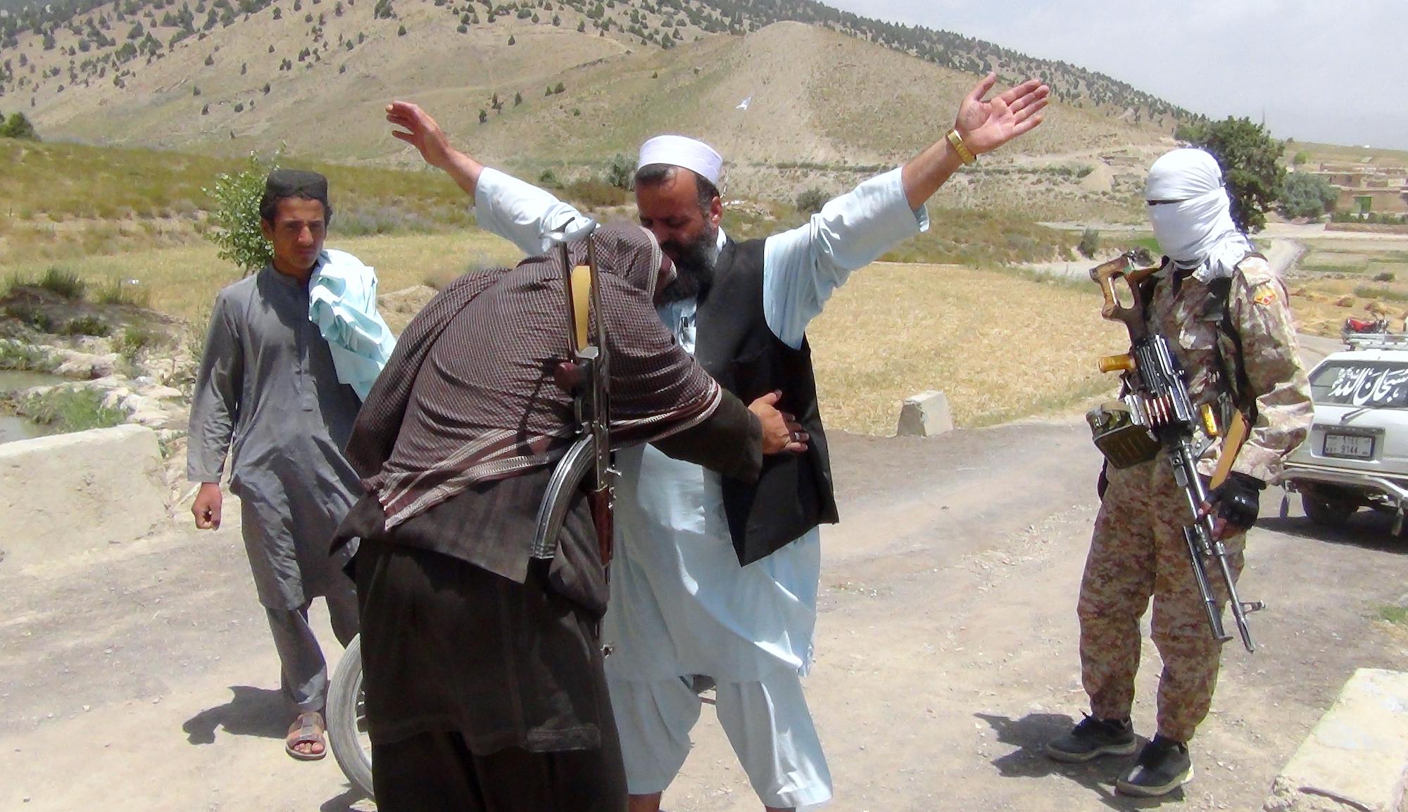 نیروهای افغان شاهراه ها را در برابر اخاذی طالبان برای دریافت «مالیه گمرگی» ایمن می کنند