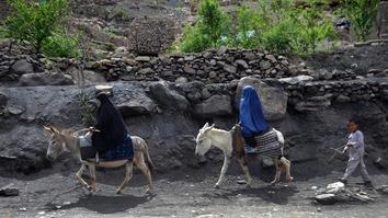 افغان ملي دفاعي او امنیتي ځواکونه او د ولسي پاڅون غړي په سمنګانو کې د طالبانو له خوا د پیسو شکولو او وحشتونو پر ضد جګړه کوي