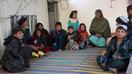 افغانان د طالبانو له خوا واک ته د بیا رسېدلو پر وخت د ژوند یو تیاره انځور وړاندې کوي
