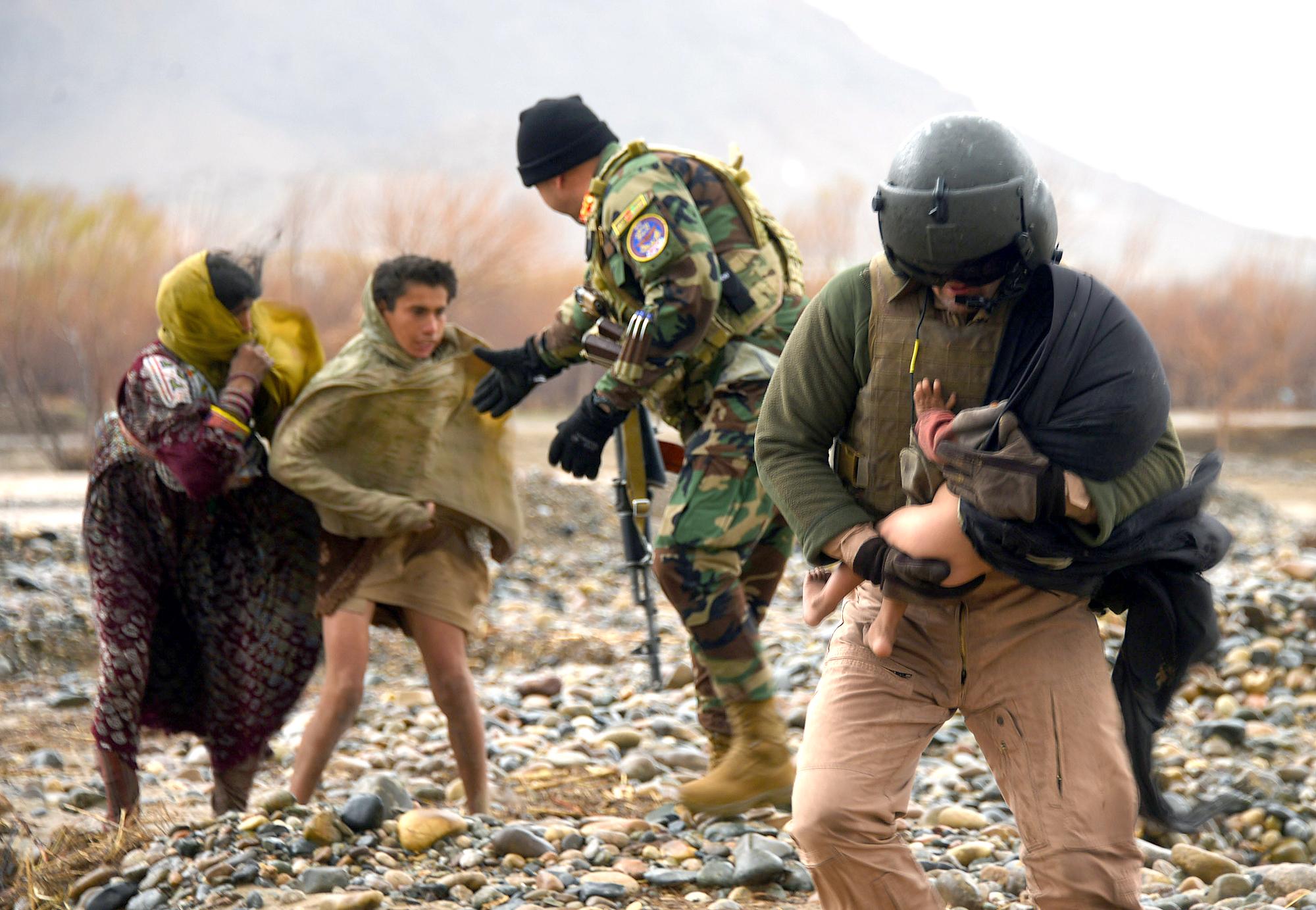در عکس ها: نیروهای افغان فامیل های گرفتار سیلاب در قندهار را نجات می دهند