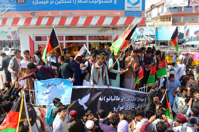 راهپیمایی صدها نفر از باشنده گان قرآن بدست قندوز برای دستیابی به صلح