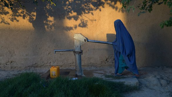 An Afghan woman collects water from a hand pump in Mazar-e-Sharif, Balkh Province, June 30, 2017. [Farshad Usyan/AFP]