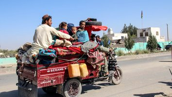 Thousands flee Helmand as Taliban fighting surges